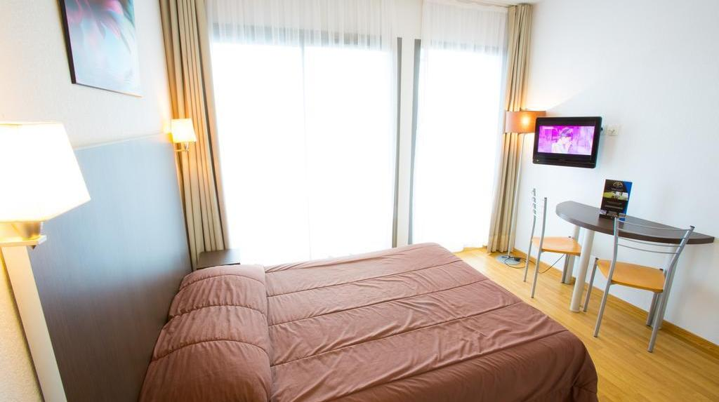 all suites appart hotel la teste de buch d s 52. Black Bedroom Furniture Sets. Home Design Ideas